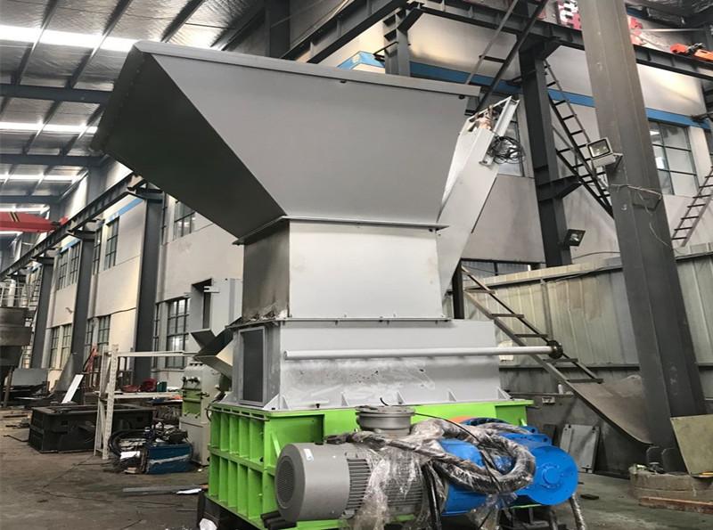Solid waste shredding system